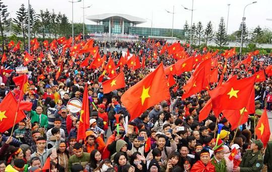 U23 Việt Nam trở về trong sự chào đón cuồng nhiệt của hàng vạn người hâm mộ - Ảnh 1.