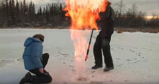 Hồ băng Bắc Cực bốc cháy bí ẩn - Ảnh 2.