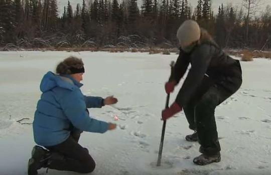 Hồ băng Bắc Cực bốc cháy bí ẩn - Ảnh 1.
