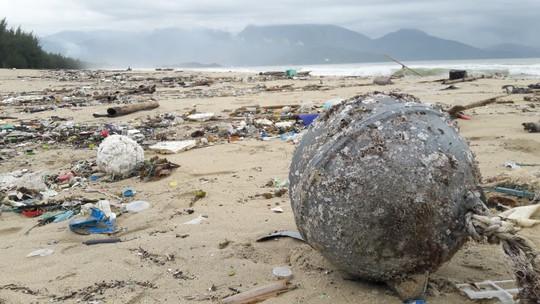 Hàng chục tấn rác bủa vây 9 km bờ biển Đà Nẵng - Ảnh 7.
