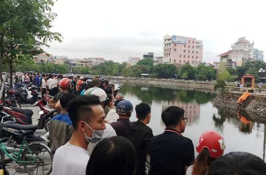 Cả trăm người kéo ra xem người đàn ông chết nổi trên hồ - Ảnh 2.