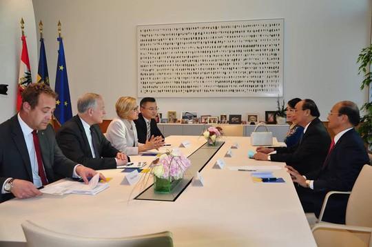 Thủ tướng rời Áo, lên đường tham dự ASEM 12, P4G và thăm Bỉ, EU - Ảnh 3.