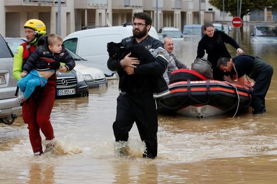 Pháp: Nước mưa 7 tháng trút xuống trong 1 đêm, nữ tu sĩ bị cuốn trôi - Ảnh 1.