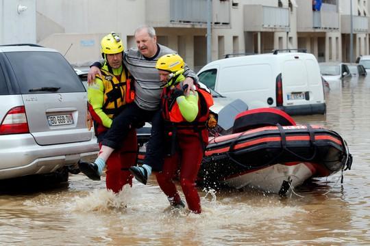Pháp: Nước mưa 7 tháng trút xuống trong 1 đêm, nữ tu sĩ bị cuốn trôi - Ảnh 2.