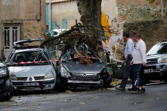 Pháp: Nước mưa 7 tháng trút xuống trong 1 đêm, nữ tu sĩ bị cuốn trôi - Ảnh 9.
