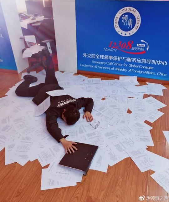 """Trung Quốc: Bị phạt tiền vì chụp ảnh """"ngã sấp mặt"""" - Ảnh 2."""