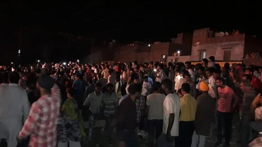 Ấn Độ: Xe lửa lao vào đám đông mừng lễ hội, ít nhất 60 người chết - Ảnh 2.
