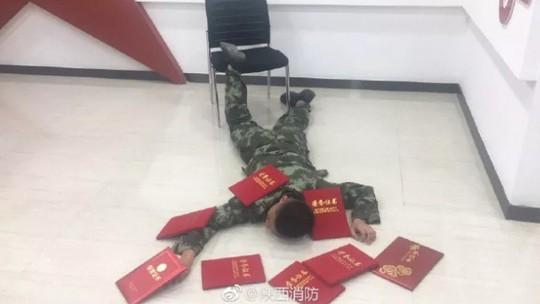 """Trung Quốc: Bị phạt tiền vì chụp ảnh """"ngã sấp mặt"""" - Ảnh 3."""