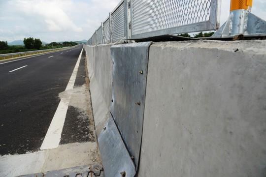 Sửa chữa 2 cầu bị thấm nước mưa trên đường cao tốc Đà Nẵng – Quảng Ngãi - Ảnh 6.