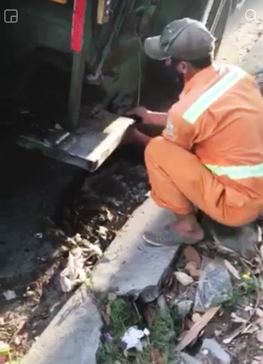 Kỷ luật nam công nhân môi trường xả lén nước bẩn xuống cống thoát nước - Ảnh 1.