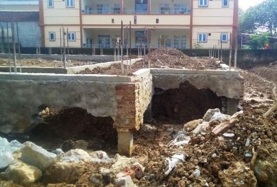 Đang thi công công trình trung tâm văn hóa 2,9 tỉ đồng, móng bỗng nứt toác - Ảnh 1.