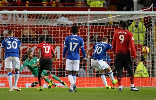 Sút phạt đền dị, Pogba suýt thành tội đồ của Man United - Ảnh 5.