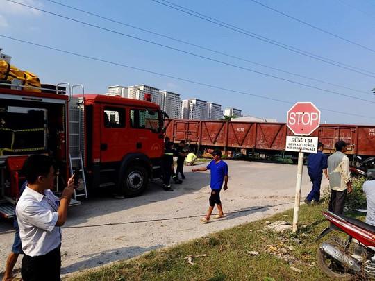Cố vượt đường sắt, xe tải bị tàu hỏa tông lật, 5 người bị thương - Ảnh 1.