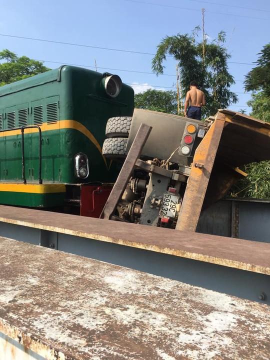 Cố vượt đường sắt, xe tải bị tàu hỏa tông lật, 5 người bị thương - Ảnh 2.