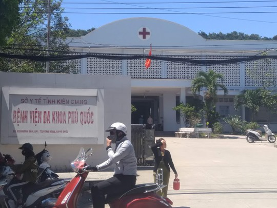 Đang lấy thông tin bệnh nhân, một y sĩ ở Phú Quốc bị đánh - Ảnh 1.