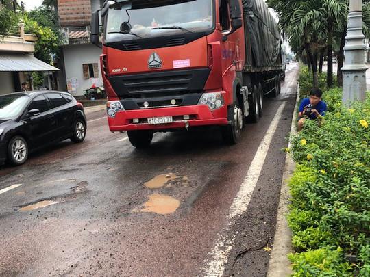 Quốc lộ 1 qua Bình Định nát tương sau vài cơn mưa đầu mùa - Ảnh 2.