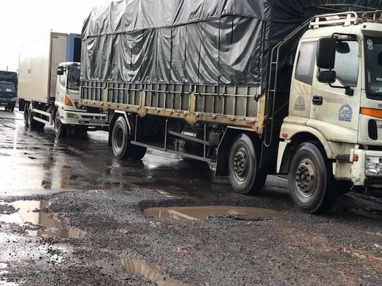 Quốc lộ 1 qua Bình Định nát tương sau vài cơn mưa đầu mùa - Ảnh 4.