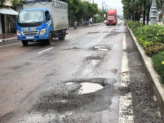 Quốc lộ 1 qua Bình Định nát bét nát chỉ sau 3 năm nâng cấp, vì sao? - Ảnh 2.