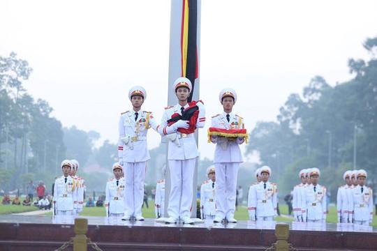 Xúc động lễ treo cờ rủ Quốc tang nguyên Tổng Bí thư Đỗ Mười - Ảnh 1.