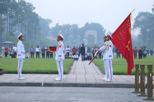 Xúc động lễ treo cờ rủ Quốc tang nguyên Tổng Bí thư Đỗ Mười - Ảnh 10.