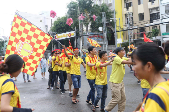 CĐV Nam Định làm nóng trận chung kết ngược tại Cần Thơ - Ảnh 7.
