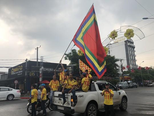 CĐV Nam Định làm nóng trận chung kết ngược tại Cần Thơ - Ảnh 2.