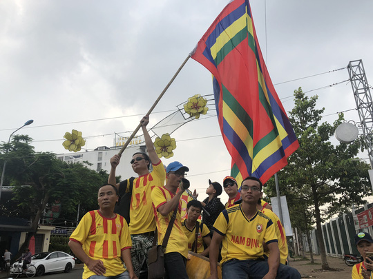 CĐV Nam Định làm nóng trận chung kết ngược tại Cần Thơ - Ảnh 1.