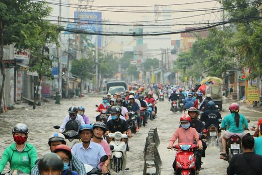 Khu Nam Sài Gòn bị triều cường tấn công, học sinh trễ học - Ảnh 3.