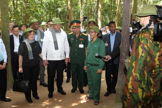 Chủ tịch Cuba thưởng thức khoai mì tại địa đạo Củ Chi - Ảnh 5.