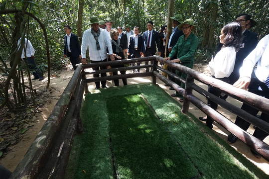 Chủ tịch Cuba thưởng thức khoai mì tại địa đạo Củ Chi - Ảnh 6.