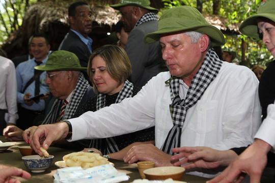 Chủ tịch Cuba thưởng thức khoai mì tại địa đạo Củ Chi - Ảnh 9.