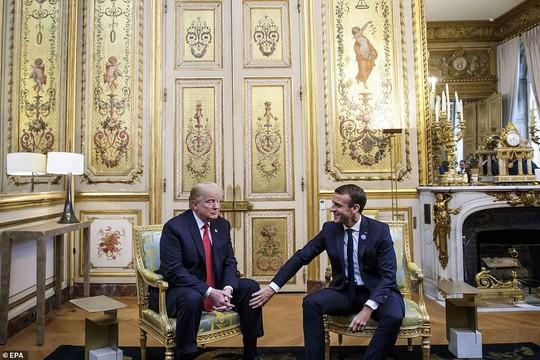 Giải mã phản ứng của ông Trump khi ông Macron vỗ đầu gối - Ảnh 3.