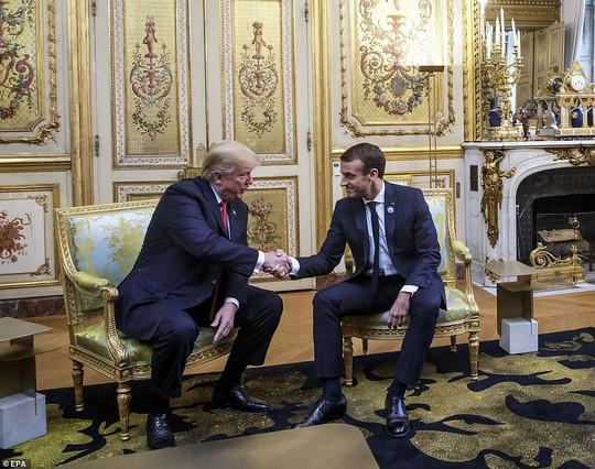Giải mã phản ứng của ông Trump khi ông Macron vỗ đầu gối - Ảnh 8.