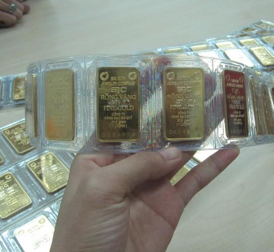 Giá vàng tiếp tục giảm, USD ngân hàng bật tăng - Ảnh 1.