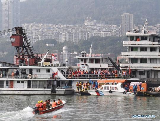Tài xế và hành khách đánh nhau, xe buýt lao xuống sông giết chết 13 người - Ảnh 5.