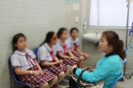 TP HCM: Sập giàn giáo ở trường, 15 học sinh nhập viện - Ảnh 1.