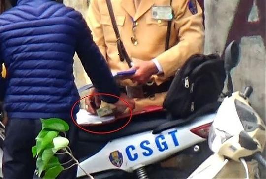 Cho nghỉ hưu sớm, giáng cấp một loạt cán bộ CSGT Hà Nội - Ảnh 1.