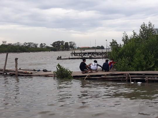 Dân biển Cần Giờ hốt cú chót trước khi tránh bão số 9 - Ảnh 11.