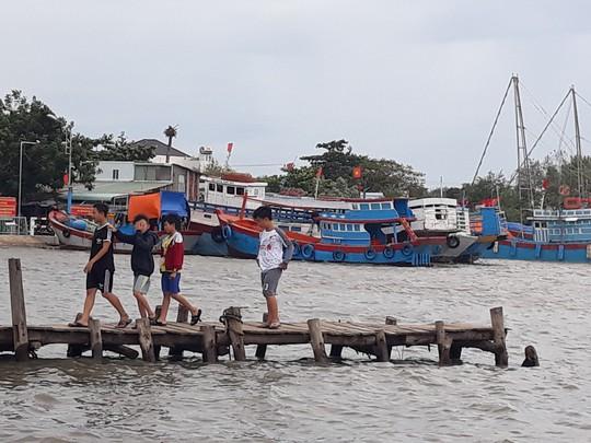 Dân biển Cần Giờ hốt cú chót trước khi tránh bão số 9 - Ảnh 12.