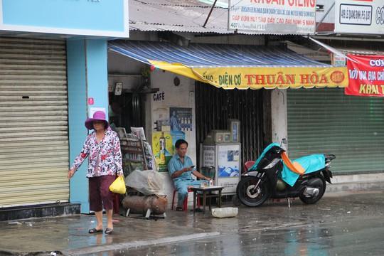 Cận cảnh TP HCM khi bão số 9 đang sát đất liền - Ảnh 1.