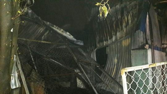 Cận cảnh vụ kho sơn 1.000 m2 bị thiêu rụi hoàn toàn trong đêm  - Ảnh 10.