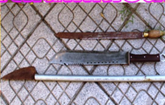 """8 thanh, thiếu niên mang dao kiếm """"truy sát"""" 2 người nhập viện - Ảnh 1."""