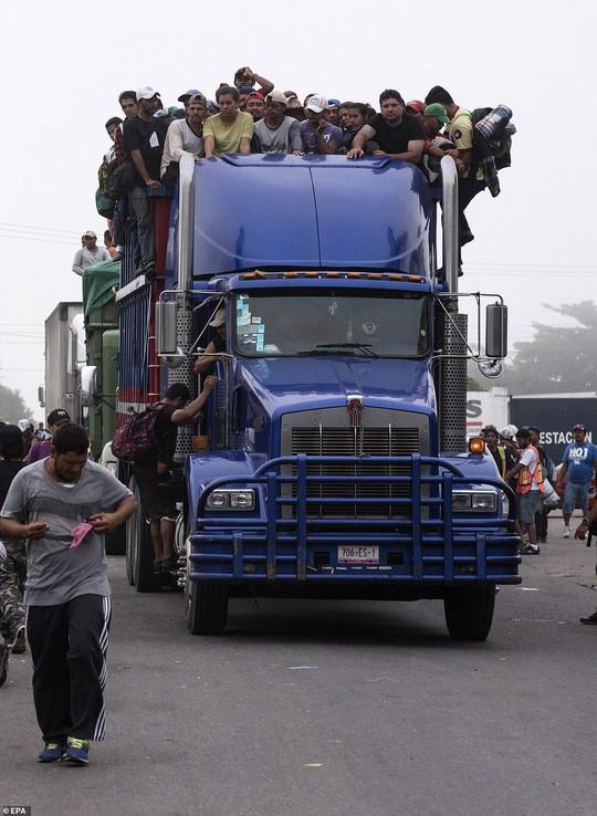 """Đoàn di dân tiến đến """"tuyến đường tử thần"""" ở Mexico - Ảnh 1."""