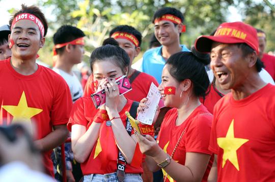 Clip: CĐV Việt Nam làm nóng, phủ đỏ sân Quốc gia Lào - Ảnh 6.