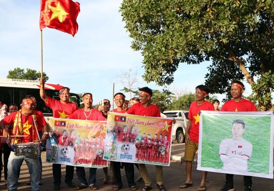 Clip: CĐV Việt Nam làm nóng, phủ đỏ sân Quốc gia Lào - Ảnh 3.