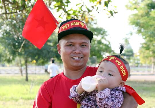 Clip: CĐV Việt Nam làm nóng, phủ đỏ sân Quốc gia Lào - Ảnh 4.