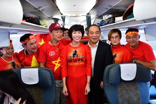CĐV nhuộm đỏ 6 chuyến bay sang Malaysia tiếp lửa tuyển Việt Nam - Ảnh 2.