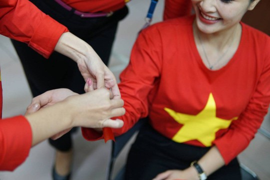 CĐV nhuộm đỏ 6 chuyến bay sang Malaysia tiếp lửa tuyển Việt Nam - Ảnh 3.