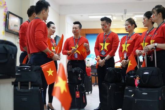 CĐV nhuộm đỏ 6 chuyến bay sang Malaysia tiếp lửa tuyển Việt Nam - Ảnh 5.