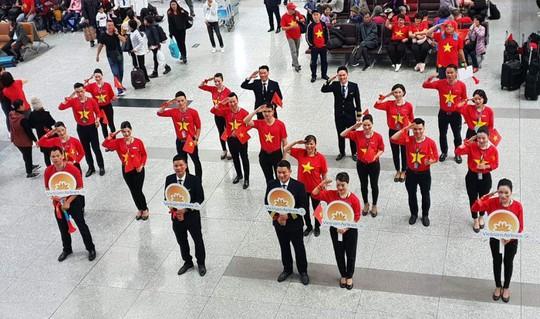 CĐV nhuộm đỏ 6 chuyến bay sang Malaysia tiếp lửa tuyển Việt Nam - Ảnh 6.